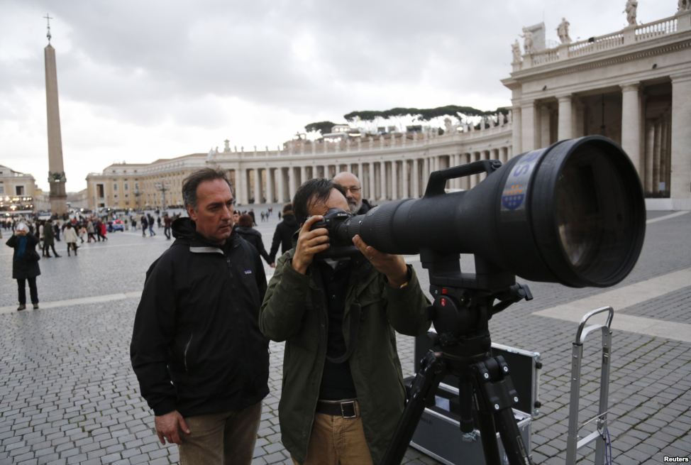 Italian photographer use this lens to capture new pope